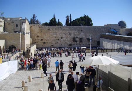 Ağlama Duvarı önünde Dua eden Yahudiler