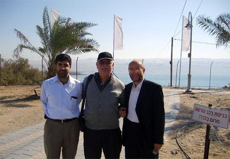 Lut Gölünün önünde Ebu Mustafa ve Musa ile birlikte